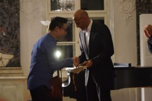 Überreichung der Goldmedaille beim Festival Junger Künstler 2016 in Mirow an den Preisträger